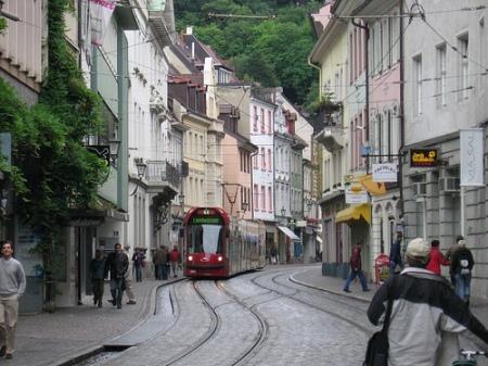 Een tram in een smalle winkelstraat in Freiburg