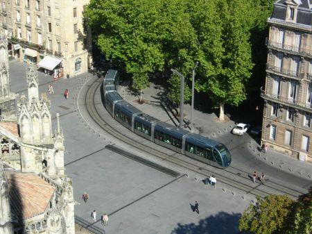 Een tram in de binnenstad van Bordeaux; 29 augustus 2005