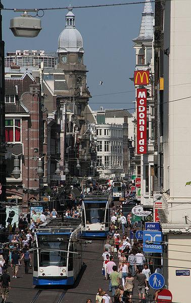 Trams en winkelend publiek in de Leidsestraat, Amsterdam