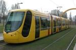 Een moderne tram op een eigen, groene baan in Mulhouse, Frankrijk