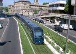 De tram in Bordeaux rijdt over een groene strook door de stad
