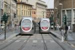 """Twee trams van de """"Rode Lijn"""" op het eindpunt op de Via Luigi Alamanni, naast het station Santa Maria Novella; 5 september 2010"""